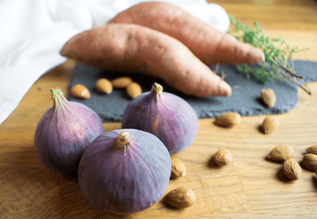 Feigen, Süßkartoffeln und frische Kräuter