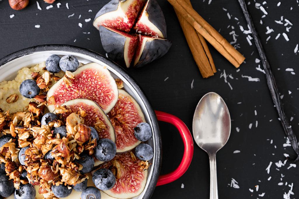 Warmer Hirsebrei mit Früchten und Nuss-Topping
