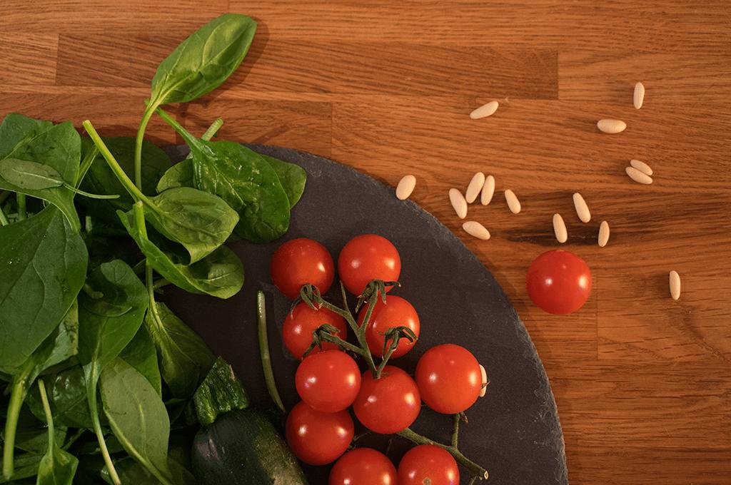 Frische Tomaten und knickfrischer Blattspinat