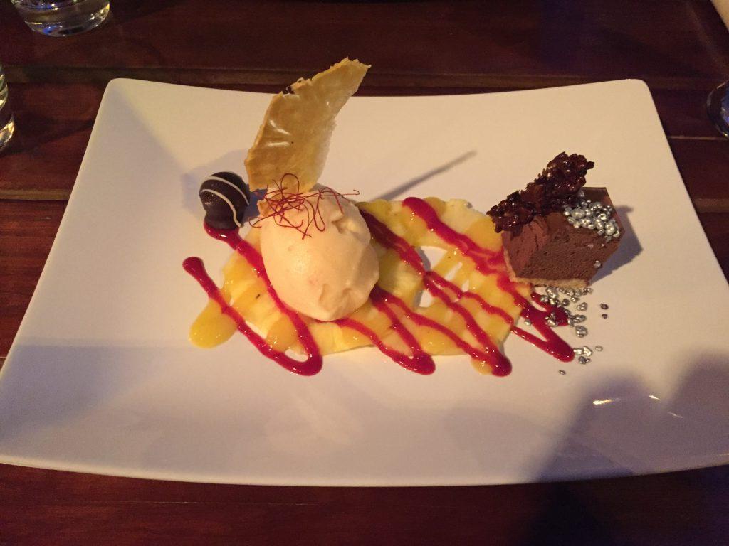 Restaurants in Düsseldorf EssBar: Schokoladen-Gateau, Ananascarpaccio, Ananas-Chilisorbet & kleine Praline