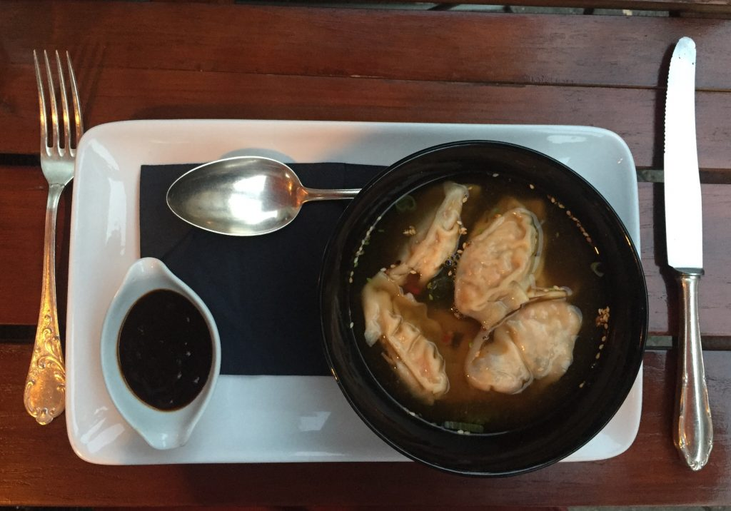 Restaurants in Düsseldorf EssBar: Hausgemachte vegetarische Gyoza, Teriyakisoße, Wakame & Kombu-Sud