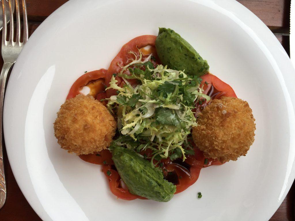 Restaurants in Düsseldorf EssBar: Carpaccio von Ochsenherztomaten, Guacamole & gebackener Büffelmozzarella