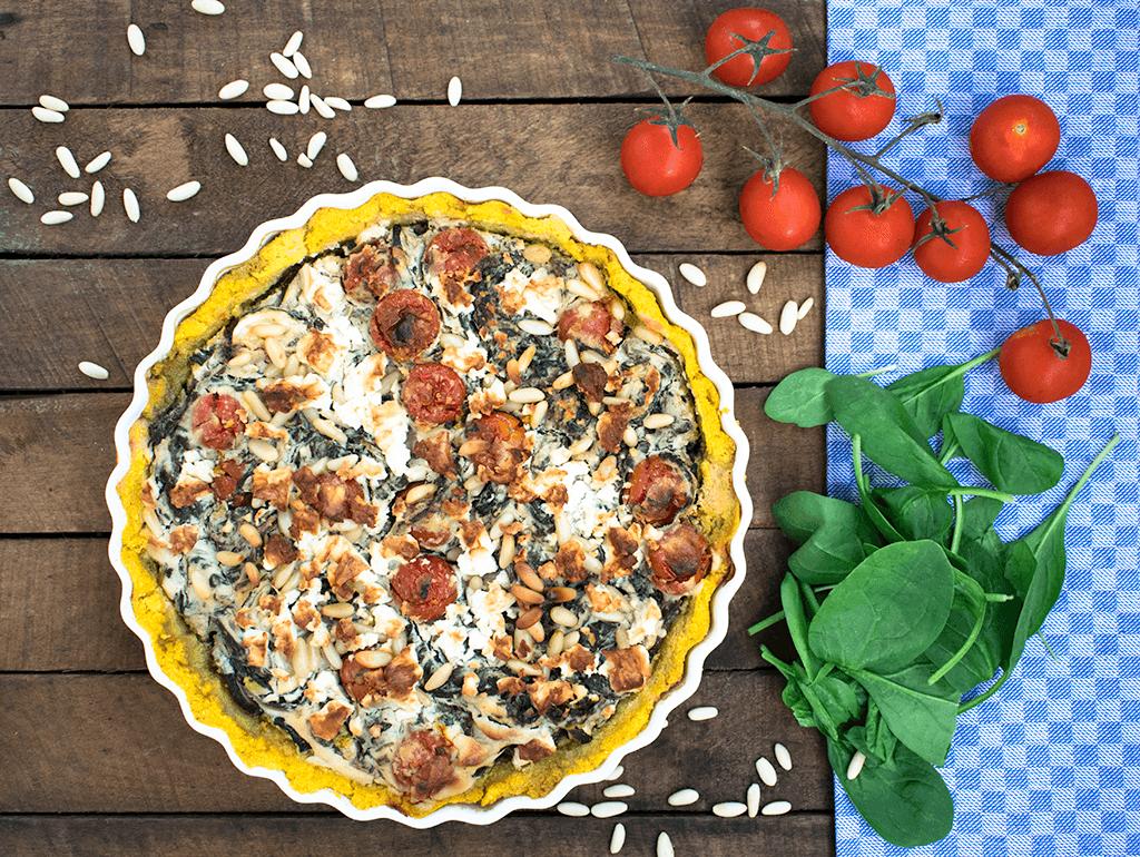 Spätsommerliche Polenta-Tarte mit Tomaten und Blattspinat