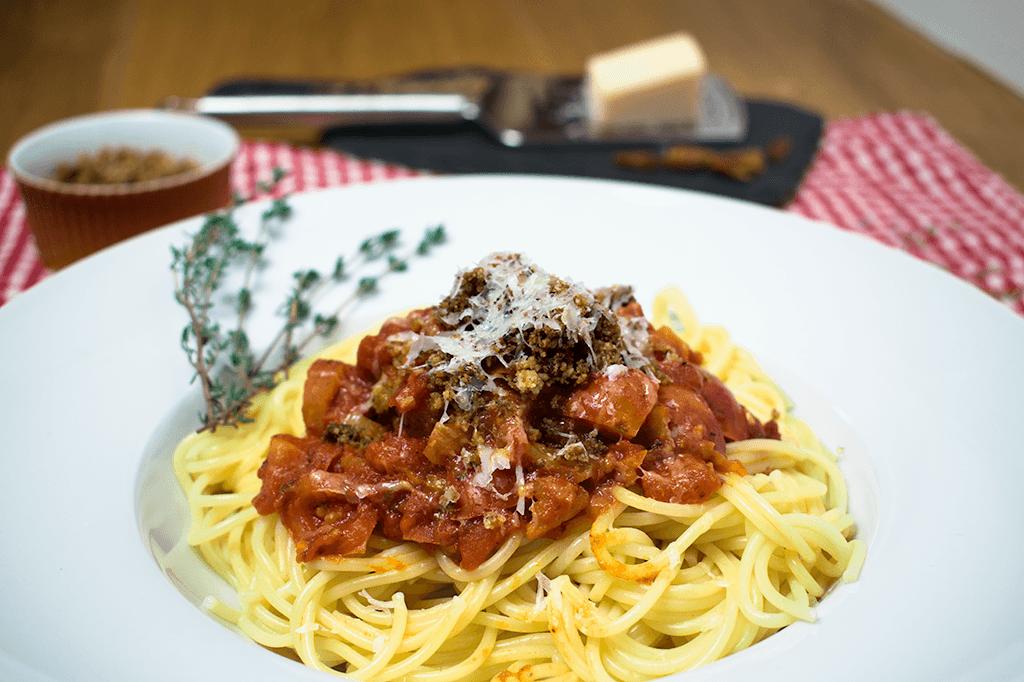 Nudeln mit Tomaten-Fenchel-Soße und Bröseln