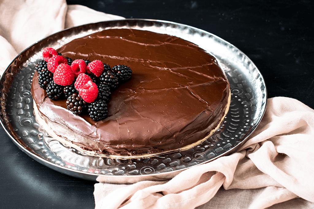 Schokoladentorte mit Marzipan und Brombeermarmelade