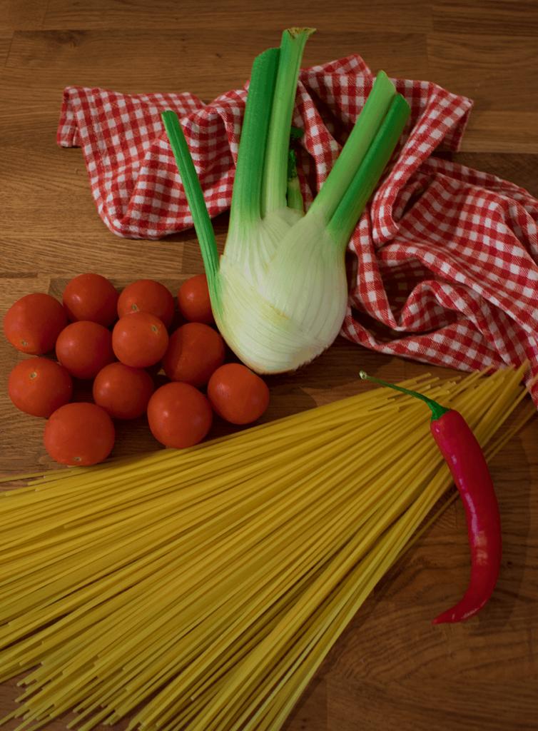 Fenchel, Tomaten, Chili und Spagetti
