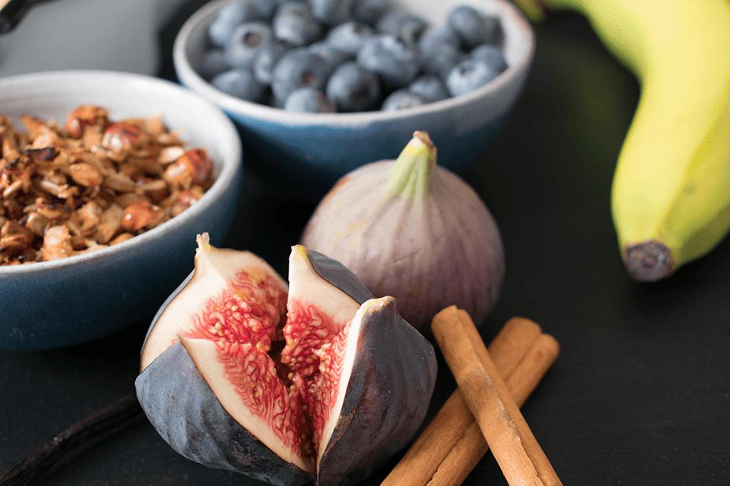 Feigen, Beeren, Zimt und Nüsse, die Zutaten für den Frühstücks-Porridge