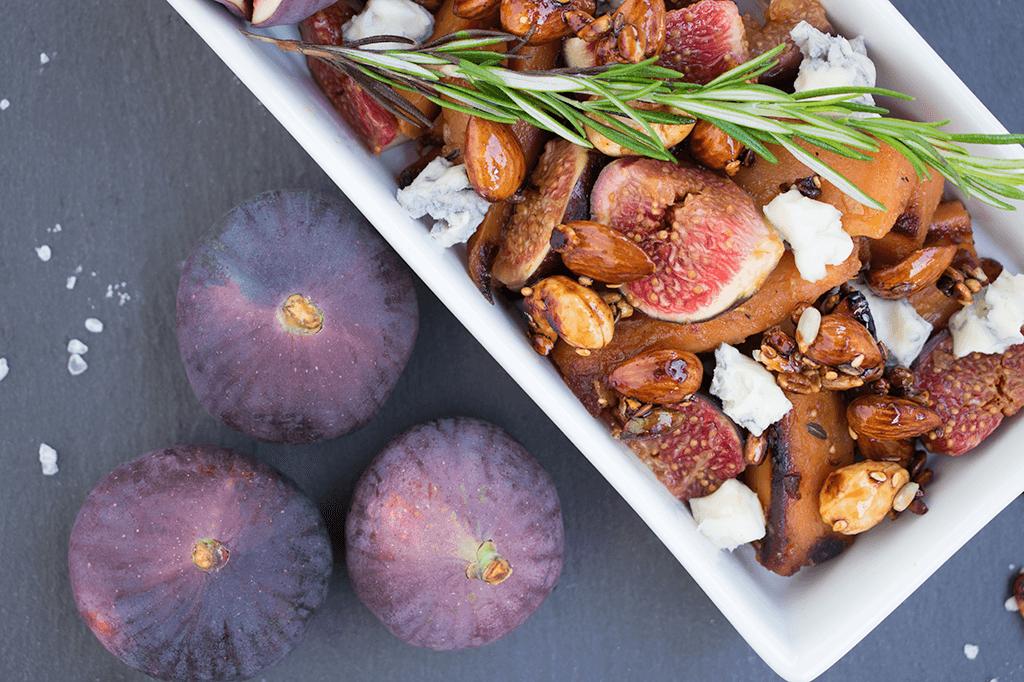 Süßkartoffeln mit Feigen, Blauschimmelkäse und gerösteten Nüssen