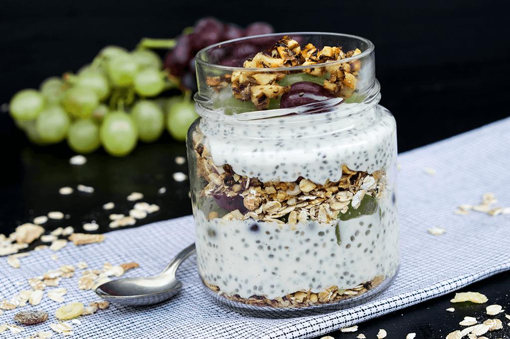 Joghurt mit Chiasamen, Trauben und Müsli