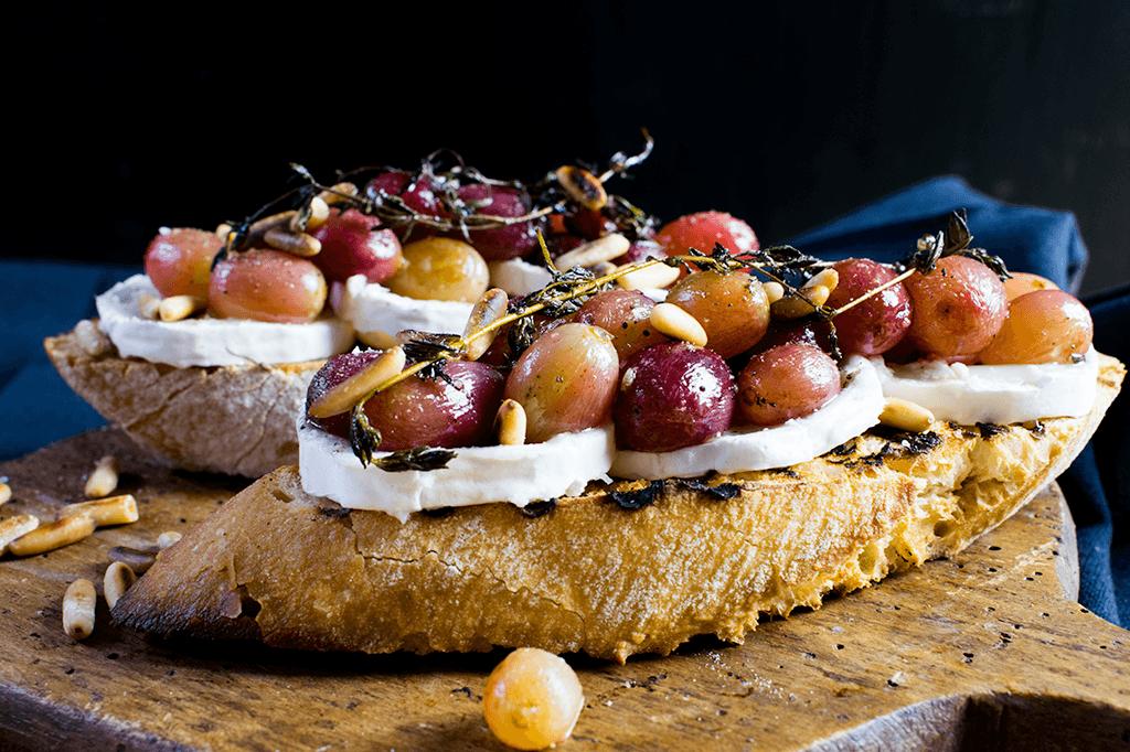 Crostini mit Trauben und Zigenkäse