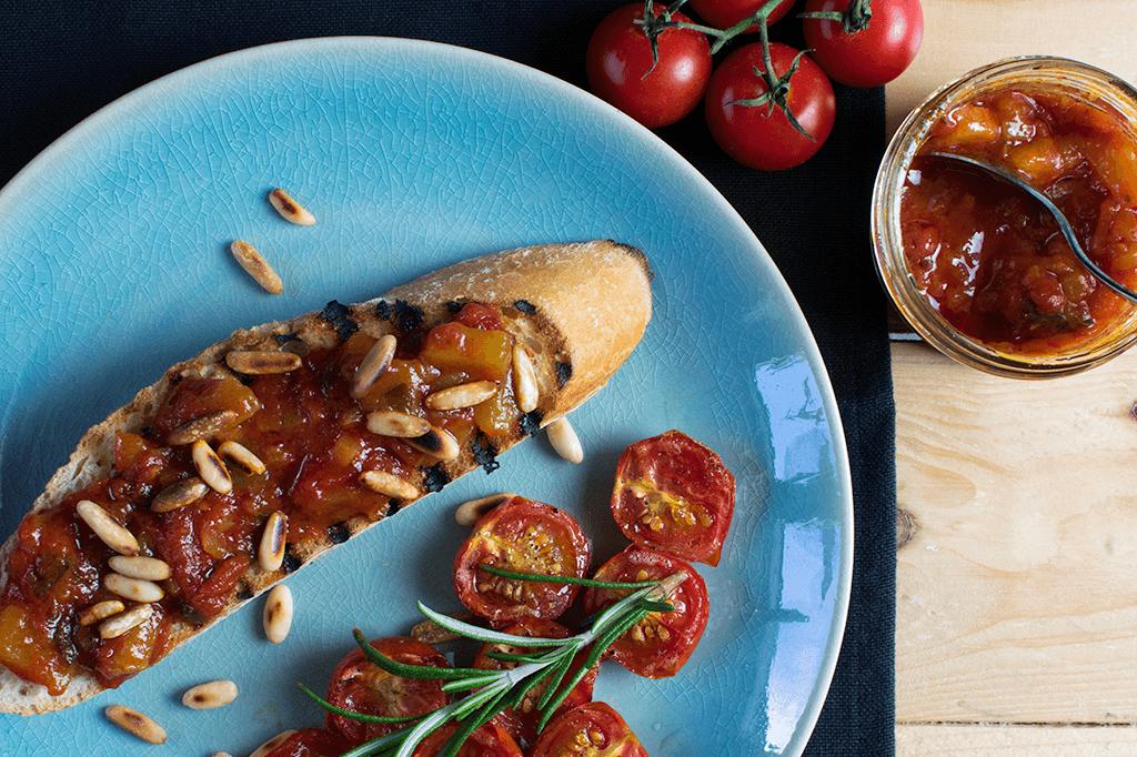 Crostini mit Tomatenmarmelade und halbgetrockneten Cherrytomaten