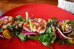 Vorspeise: Salat mit Ziegenkäse und Rote-Beete-Houmous