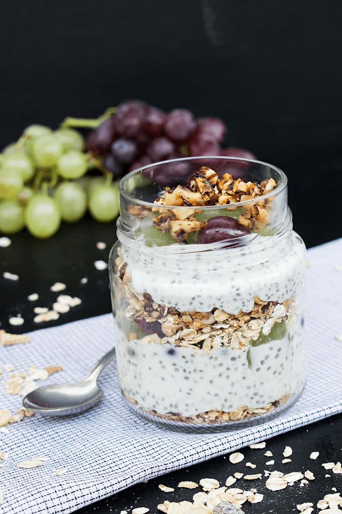 Chiasamjoghurt mit Trauben und Müsli