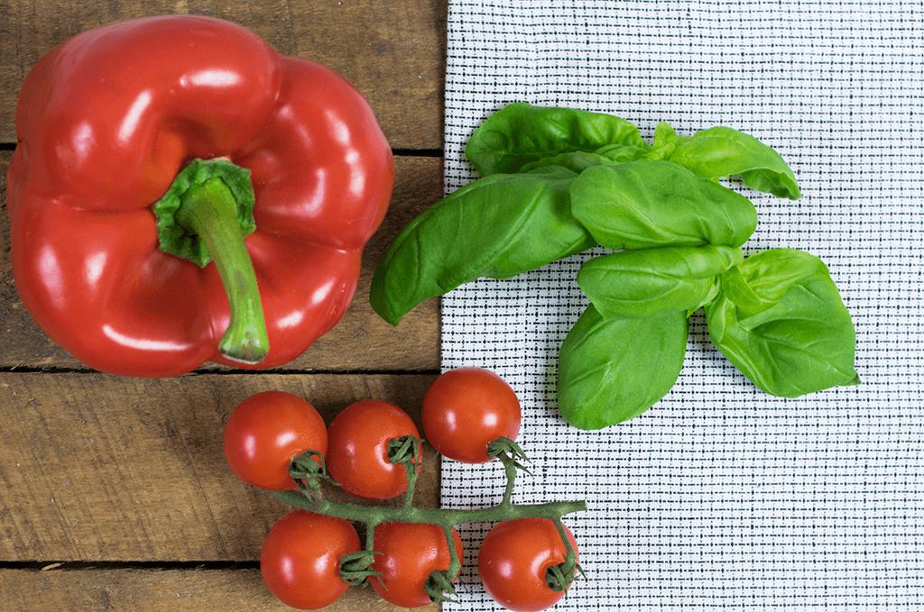 Frisches Gemüse: Paprika, Tomaten und Basilikum