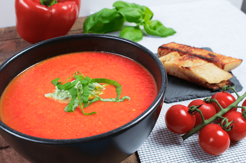 Röstpaprikasuppe mit Tomaten und Basilikumnocke