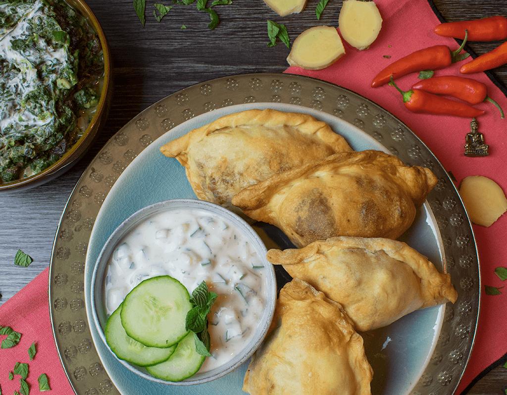 Vegane Samosas mit Gurken-Minz-Rajita und Spinat
