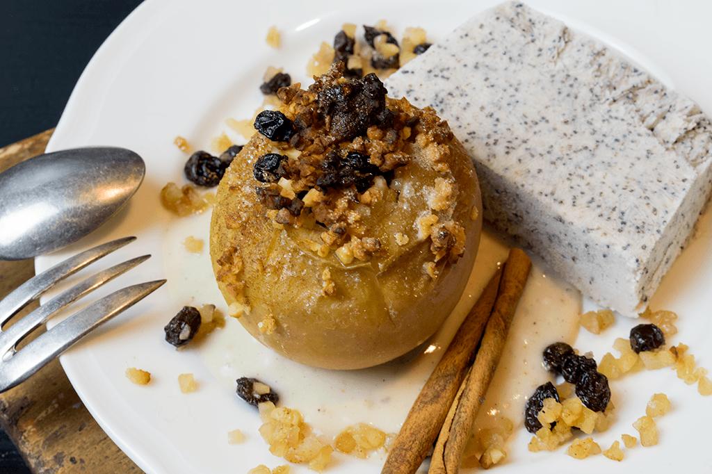 Bratapfel mit Mohnparfait, gefüllt mit Marzipan, Mandeln und Rosinen