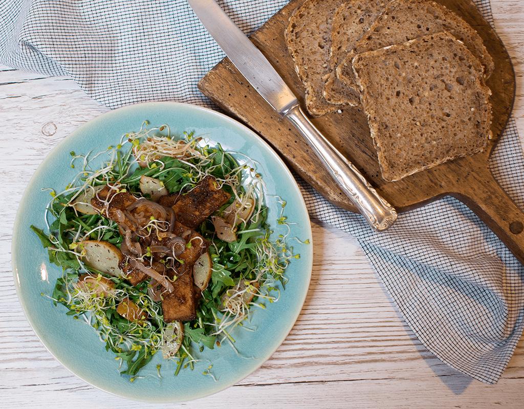 Salat mit BBQ Tempeh, Birnen und karamellisierten Zwiebeln