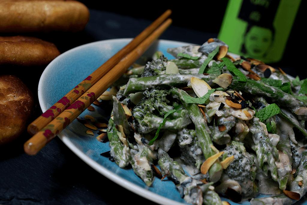 Grünes Thaicurry mit grünem Gemüse und Mandeln