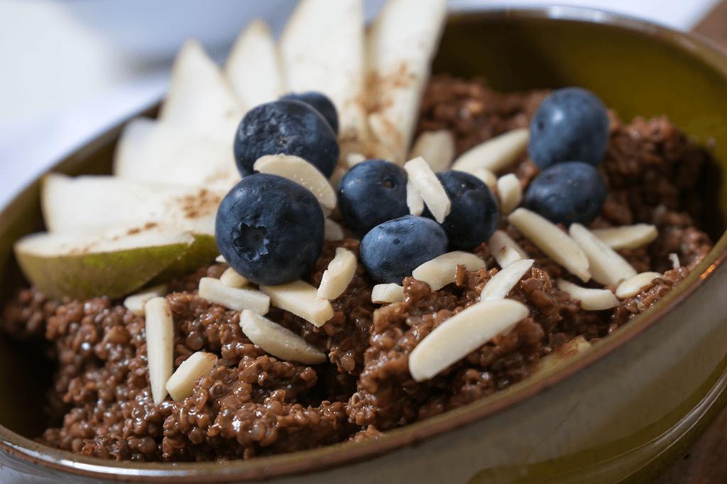 Quinoa-Porridge mit Kakao, Birne und Blaubeeren