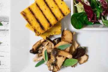 Gegrillte Polentaschnitten mit bunter Pilzpfanne und Salbei