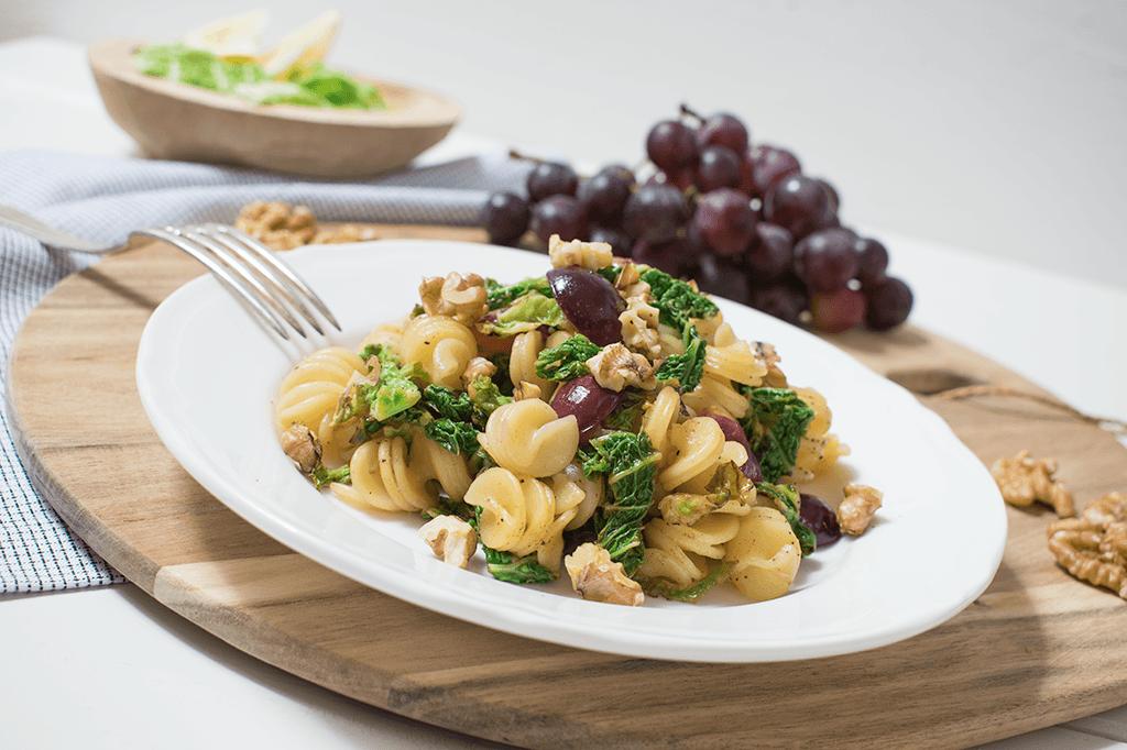 Spirelli mit Wirsing, Weintrauben und Walnüssen_