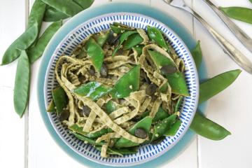Edamame Pasta mit Zucerkschoten und Pesto