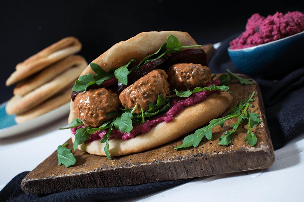 Naan Sandwich mit Rotr Bete und veganen Tandoori-Bällchen