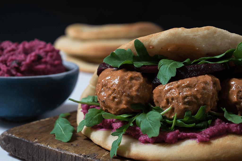 Naan Sandwich mit Rote Bete und veganen Tandoori-Bällchen