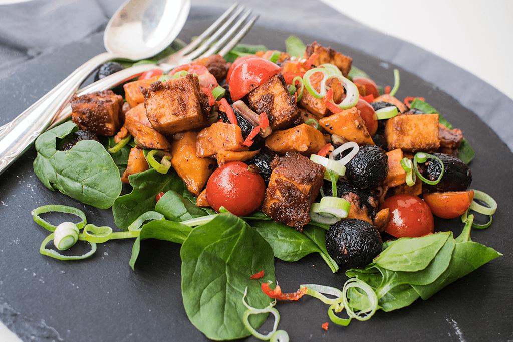 Süßkartoffel-Trauben-Salat mit Erdnuss Tofu