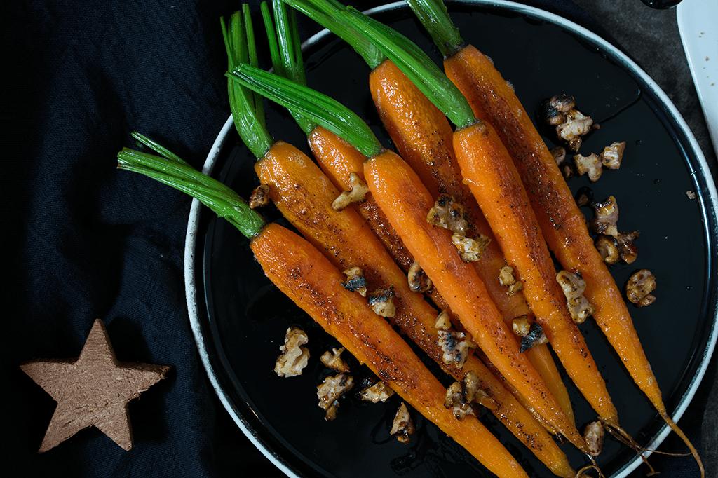 vegane Beilagen zum Weihnachtsmenü, vegane Kroketten, Rotweinschalotten, glasierte Möhren mit Ahornsirup