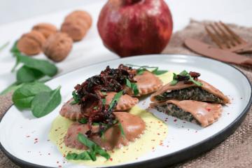 Granatapfel-Ravioli mit Spinat-Walnuss Füllung und Zitronenschaum. Vegane Ravioli