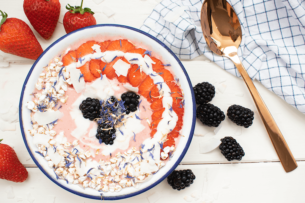 Erdbeer-Smoothie-Bowl mit Buchweizen-Pops, Smoothie-Bowl, Erdbeer-Bowl
